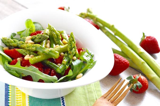 Erdbeer-Spargel Salat mit Zedernüsse