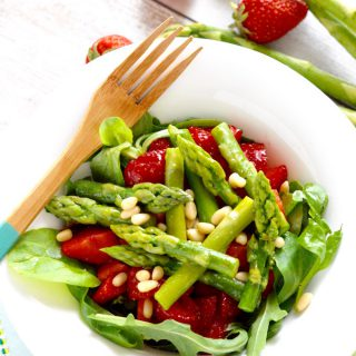 Erdbeer-Spargel Salat mit Zedernüssen