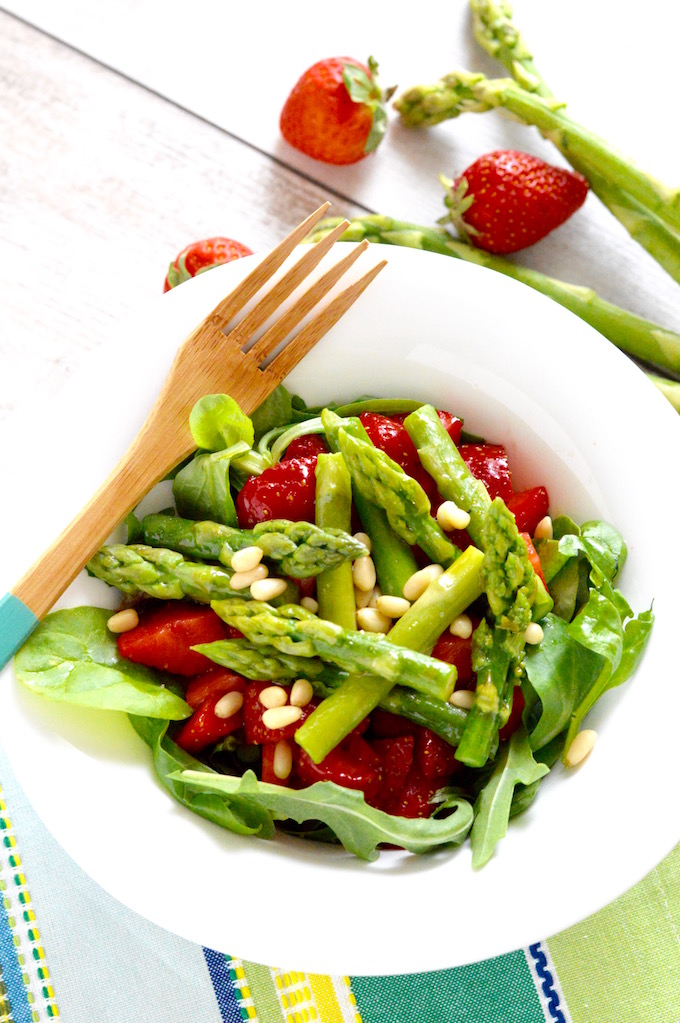 Erdbeer-Spargelsalat mit Zedernüsse